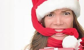 Karácsonyt megelőző stressz. A képen: pattanásig feszült idegekkel várja a hölgy a karácsonyt
