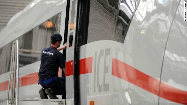 3 nagysebességű vonatot javít egy dolgozó