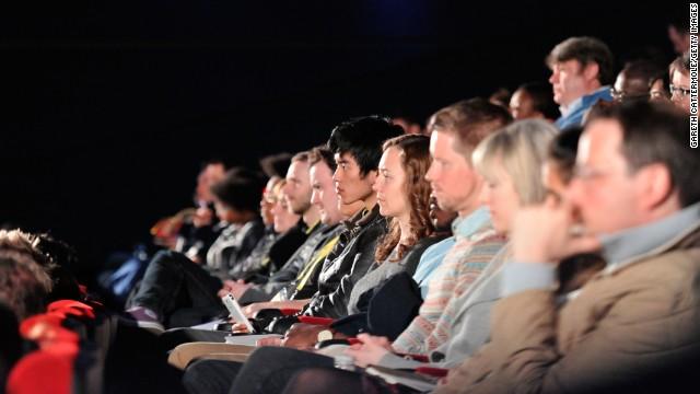 Mozi sötétjében a vásznat feszülten figyelő nézők