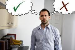 Egy munkahelyen, a konyhában ácsorgó férfi, gondolkodóba esve