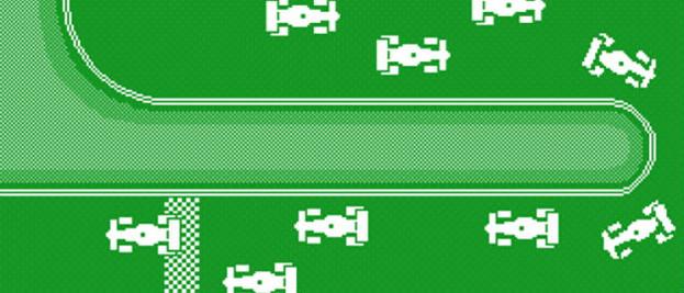 Videójáték képe, ahol autók közlekednek zöld színű pályán