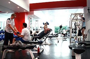 Edzőteremben sportoló emberek