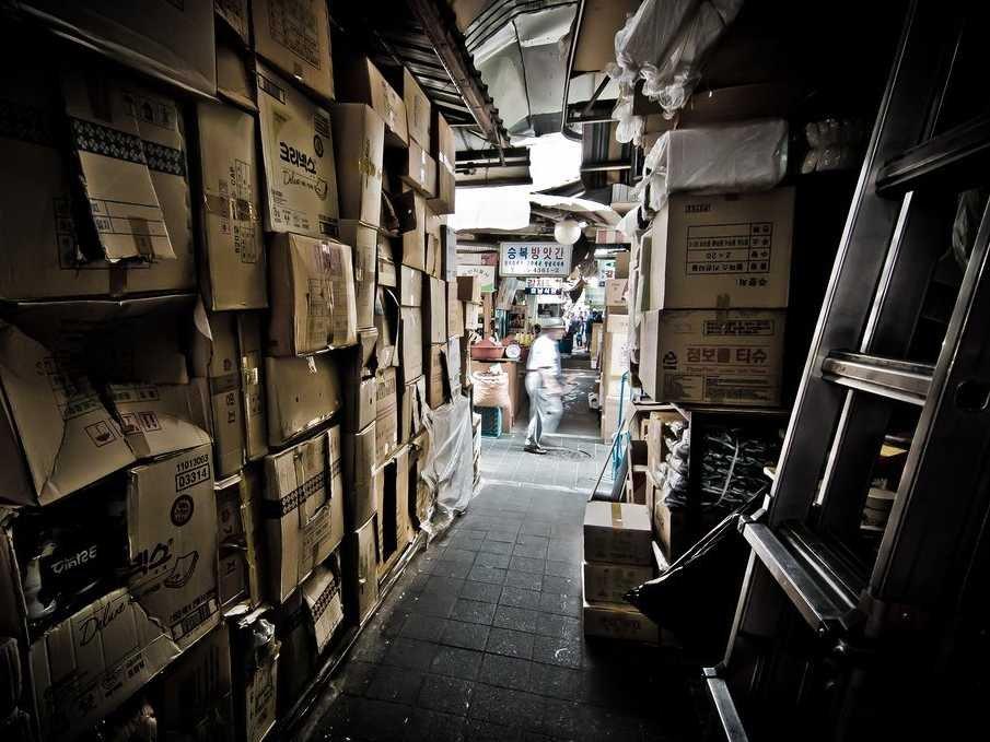Sötét raktárépület számtalan iratot rejtő dobozokkal