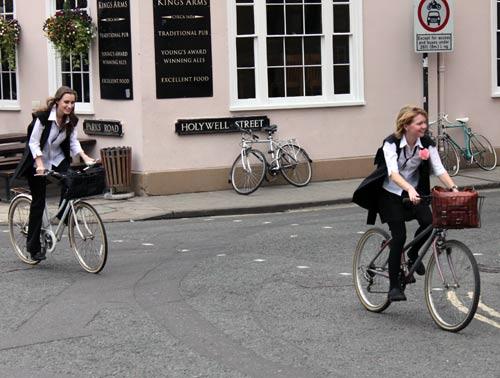 Iskola előtt két kerékpározó tinédzser