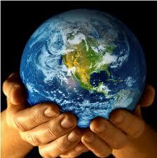Föld bolygónk, emberi kezekben tartva