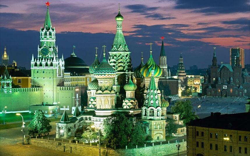Oroszország gyönyörű városának képe, este