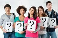 Fiatalok egymás mellett, kezükben kis táblákat tartva, rajta kérdőjellel