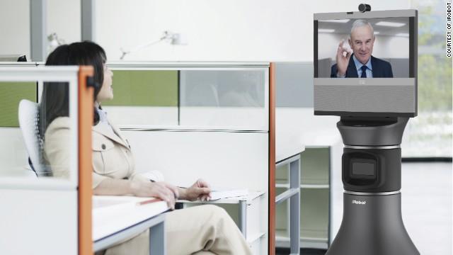 Robot-főnökkel kommunikáló alkalmazott a munkahelyen