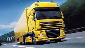 Autópályán közlekedő kamion képe
